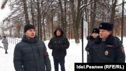 Сергей Урбан (слева) во время акции памяти Бориса Немцова