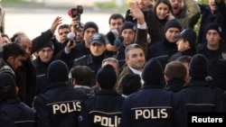 Թուրքիա - Լրագրող Նեդիմ Շեները դատարանի շենքի մուտքի մոտ, Ստամբուլ, 5-ը մարտի, 2011թ.