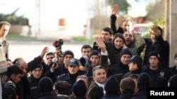Турция – Журналист Недим Шенер (в центре) у здания стамбульского суда, 5 марта 2011 г.