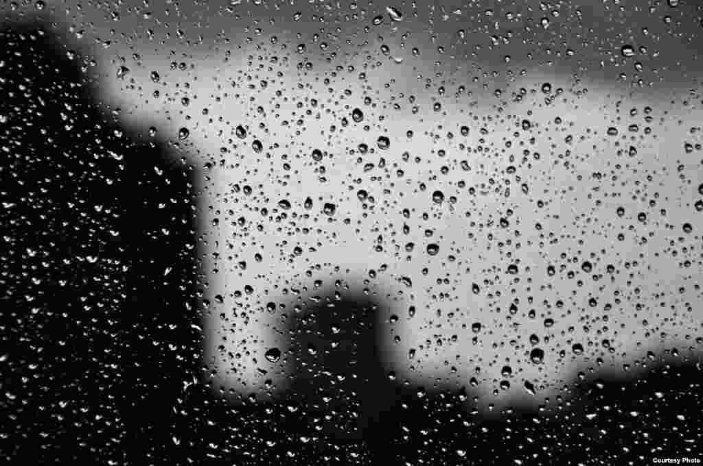 В мегаполисах бывают кислотные дожди, где есть промышленные предприятия, которые выбрасывают оксиды серы и азота в атмосферу