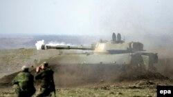 Проросійські бойовики під час тренування поблизу Донецька, 27 березня 2015 року