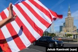 Кадилак президента США Дональда Трампа на улицах Варшавы
