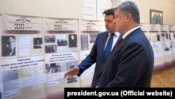 Президент Петро Порошенко оглядає виставку, присвячену 100-річчю державної служби в Україні, червень 2018 року