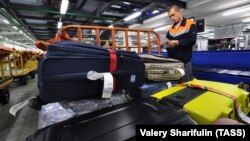 Şeremetyevo aeroportunda baqajın sıralanması