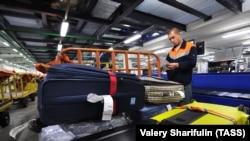 """Сортування багажу в аеропорту """"Шереметьєво"""" (ілюстративне фото)"""