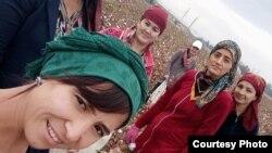 Karmana tumanidagi 30-maktab o'qituvchilari paxta terimiga majburan chiqarildi