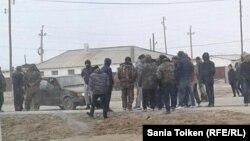 Жители села Жанбай на сходе с представителями власти. Атырауская область, 3 апреля 2017 года.