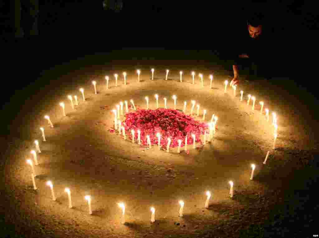 Житель Карачи зажёг свечи в память о жертвах терактов в Париже