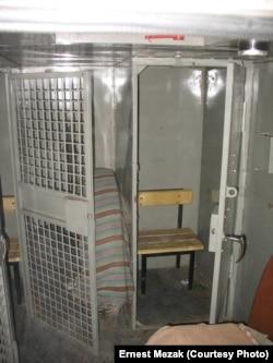 """""""Стакан"""" для заключенных в автозаке"""