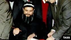Бирлашган тожик мухолифати етакчиси Саид Абдуллоҳ Нурий ярашув битимига имзо чекмоқда.