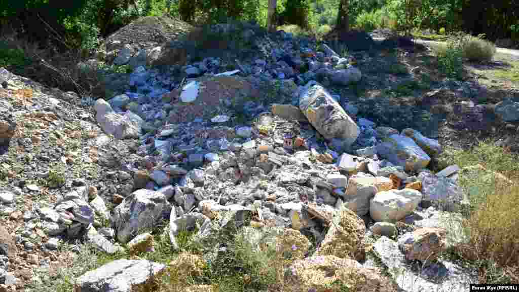 Грунт из котлованов и строительный мусор возле Тылового