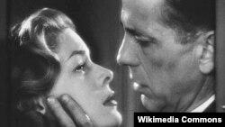 Лорен Бэколл и Хамфри Богарт в картине «Черная полоса».