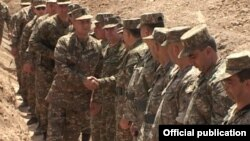 Министр обороны Армении Сейран Оганян в одной из расположенных на передовой частей Армии обороны Нагорного Карабаха, 27 июля 2014 г.