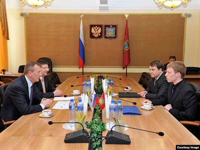 Себастьян Штоппер (справа) у губернатора Брянской области Николая Денина