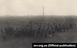 Інтернована сотня УГА в похідному порядку на чолі з сотником