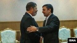 Египет президенті Мұхаммед Мурси (сол жақта) және Иран президенті Махмұд Ахмединежад. Каир, 5 ақпан 2013 жыл.