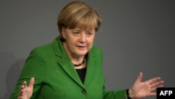 Германия канцлери Ангела Меркел Бундестагда чиқиш қилмоқда, 2013 йилнинг 18 ноябри.