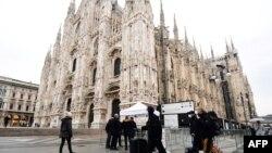 Turisti nose maske dok prolaze pored milanske katedrale, 2. mart