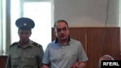 Ադրբեջանցի լրագրող Էյնուլա Ֆաթուլաեւը (կենտրոնում) դատարանում, Բաքու, 2-ը հունիսի, 2010թ.