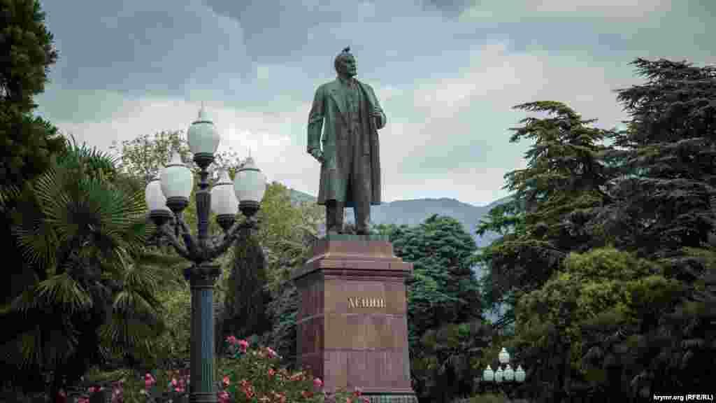 Lenin eykeli bir adlı yalı kenarında. Yazda mında Yalta Summer Jam oyun festivali keçirile