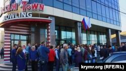 Очередь в Крымский госкомрегистр на проспекте Победы в Симферополе