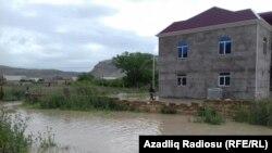 Qubalı kəndini su basıb.