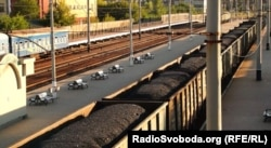 Вагони з вугіллям на залізничному вокзалі у Луганську