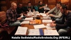 Группа журналистов, расследующих документы свергнутого режима Украины. Президентская резиденция «Межигорье» близ Киева, 25 февраля 2014 года.