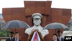 Президент Монголии Цахиагийн Элбэгдорж (справа) и президент России Дмитрий Медведев (слева) во время церемонии открытия памятника Маршалу Г.Жукову в Улан-Баторе. 26 августа 2009 г. AFP.