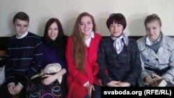 Маці палітвязьня Фёдара Мірзаянава разам зь яго аднакурсьнікамі ў залі суду, травень 2011-га