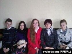 Маці палітвязьня Фёдара Мірзаянава разам зь яго аднакурсьнікамі ў залі суду. Травень 2011 году.