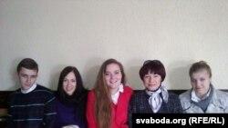 Маці палітвязьня Фёдара Мірзаянава разам з яго аднакурсьнікамі ў залі суду