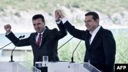 Премьер-министр Греции Алексис Ципрас (справа) и премьер-министр Македонии Зоран Заевна на озере Преспа.
