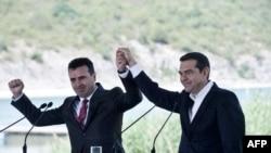 Прем'єр-міністр Греції Алексіс Ципрас (п) та прем'єр-міністр Македонії Зоран Заєв після підписання історичної угоди між країнами, 17 червня 2018 року
