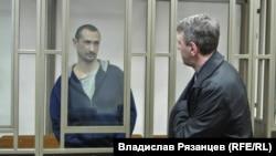 Евгений Каракашев и его адвокат Алексей Ладин в российском суде, архивное фото
