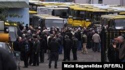 Обещанные городскими властями «пасхальные премии» служащие транспортной компании не получили по сей день. Свое недовольство подобной несправедливостью водители автобусов собирались выразить вчера на акции протеста