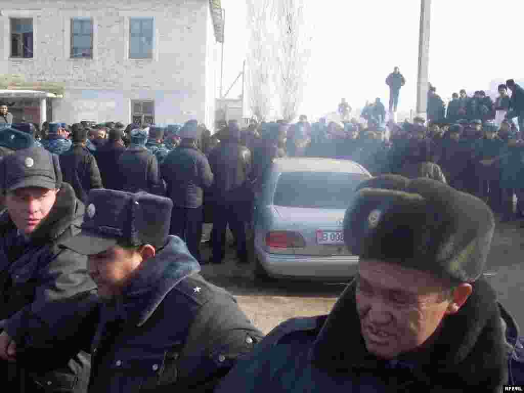 """Оппозиция өкүлдөрү тартип бузган топту райондун башчысы жетектегенин айтууда - Kyrgyzstan - leader of opposition party """"Ata Meken"""" Omurbek Tekebaev during the meeting with local population of Talas region. 16Jan2009"""