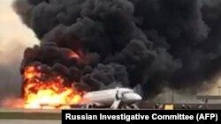Москванинг Шереметьево аэропортида ҳалокатга учраган самолёт.