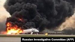 Охоплений вогнем пасажирський літак в аеропорту «Шереметьєво», який здійснив аварійну посадку. Москва, 5 травня 2019 року
