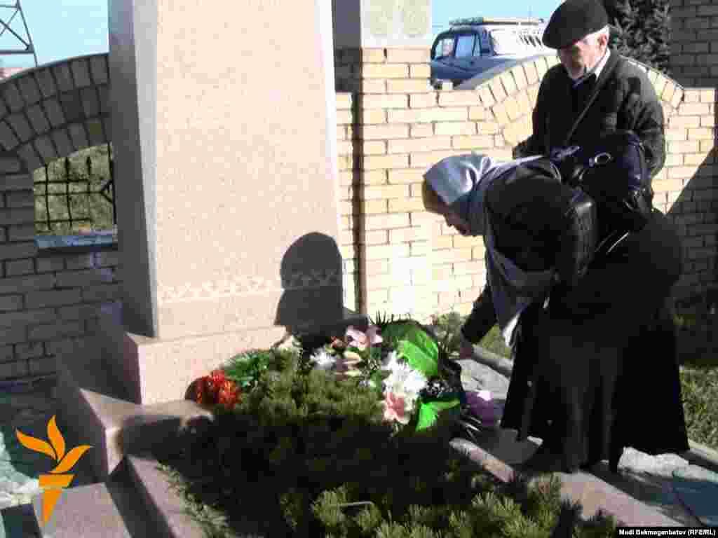 Друзья Заманбека Нуркадилова возложили цветы к его могиле. Алматы, 12 ноября 2010 года.
