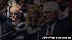 Весна Шкаре-Ожболт (ліворуч у виділеному колі) і перший президент Хорватії Франьо Туджман (праворуч) під час першого візиту до мирно реінтегрованого міста Вуковар, 1997 рік. Хоча Весна Шкаре-Ожболт регулярно виїжджала по роботі на звільнені території, у публічній площині вона завжди залишалась в тіні президента. Стоп-кадр з відео інформаційної агенції AFP
