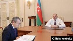 Prezident İlham Əliyev (sağda) və iqtisadiyyat naziri Mikayıl Cabbarov
