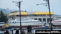Порт Ялты, летась -- яшчэ ў жоўта-блакітным