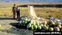 Çagalar ýoluň gyrasynda gawun satýarlar, Türkmenistan