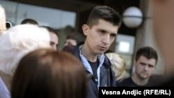 """Mladen Obradović vođa """"Obraza"""" ispred Prvog osnovnog suda u Beogradu, 27. mart 2012."""