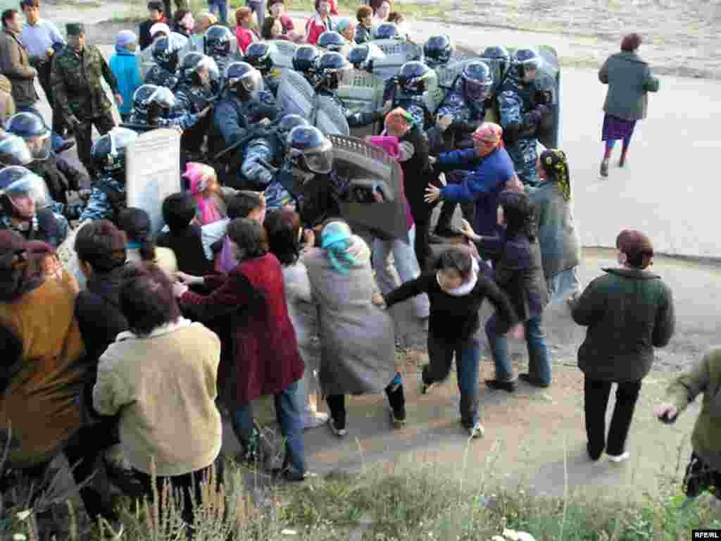 Полицейские легко сломали слабый кордон женщин и начали входить в поселок Шанырак.