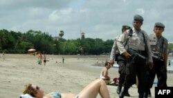 Індонезійський поліцейський патруль на пляжі Кута курортного острова Балі