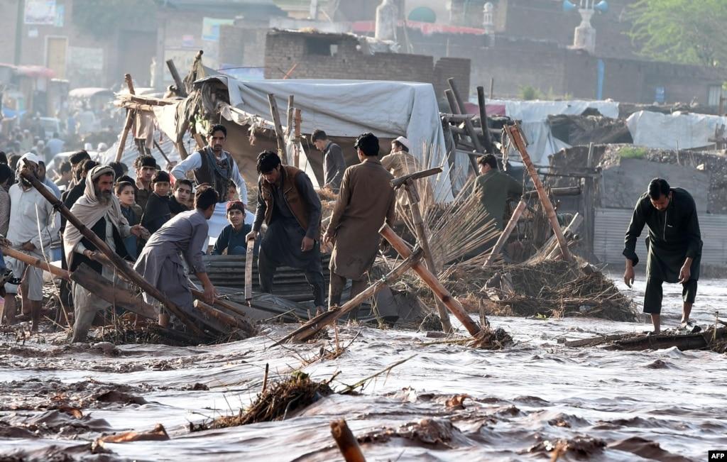 ВПакистане люди погибают отударов током впроцессе наводнения