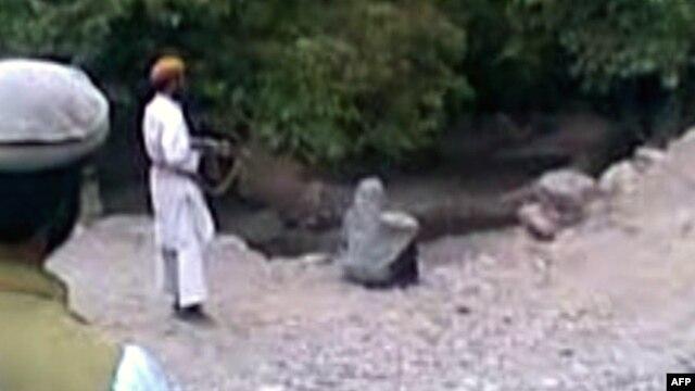 تصویری از ویدئوی تیرباران زنی به اتهام «زنا» در ولایت پروان افغانستان. ۸ ژوئیه ۲۰۱۲.