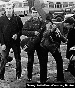 Валерий Сайфутдинов (ортада) «Revengers» рок-тобымен бірге. Сигулда, 1963 жыл.